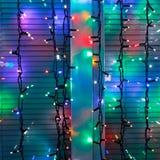 Las secuencias al aire libre de la lámpara de la Navidad adornan la ventana Imagen de archivo