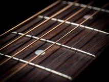 Las secuencias de la guitarra se cierran para arriba Imagenes de archivo