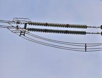 Las secuencias del aislador con la corona suenan en las líneas de alto voltaje primer Imagen de archivo