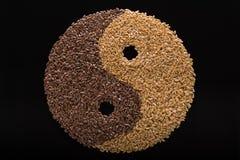 Las semillas de lino se presentan bajo la forma de Yin-Yang Imágenes de archivo libres de regalías
