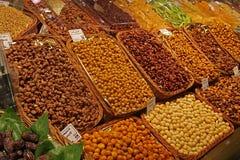 Las semillas y las frutas secadas en un mercado atascan Fotos de archivo