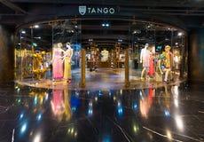 Las señoras llevan y los accesorios hacen compras en Siam Center, ciudad de Bangkok Imagen de archivo