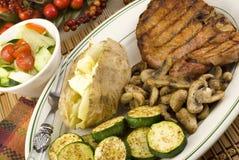 Las setas asadas a la parilla del calabacín de Porkchop cocieron al horno la patata Fotografía de archivo libre de regalías