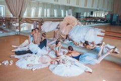 Las siete bailarinas contra barra del ballet Foto de archivo libre de regalías