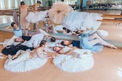 Las siete bailarinas contra barra del ballet Imágenes de archivo libres de regalías