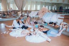 Las siete bailarinas contra barra del ballet Imagen de archivo