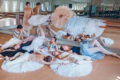 Las siete bailarinas contra barra del ballet Fotos de archivo libres de regalías
