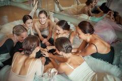 Las siete bailarinas contra barra del ballet Fotografía de archivo