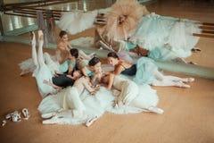 Las siete bailarinas contra barra del ballet Fotografía de archivo libre de regalías
