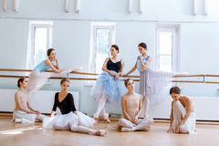 Las siete bailarinas en la barra del ballet Foto de archivo libre de regalías