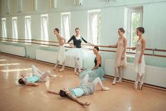 Las siete bailarinas en la barra del ballet Imagen de archivo libre de regalías