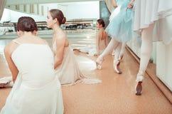 Las siete bailarinas en la barra del ballet Fotografía de archivo