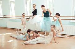 Las siete bailarinas en la barra del ballet Imágenes de archivo libres de regalías