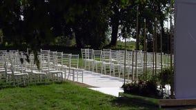 Las sillas de Chiavari se exhiben en el césped almacen de metraje de vídeo