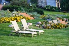 Las sillas de jardín blancas ajardinaron la yarda Fotografía de archivo