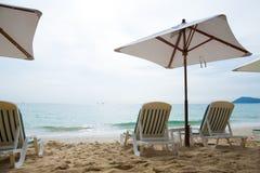 Las sillas de playa por vacaciones y se relajan en la playa Foto de archivo libre de regalías