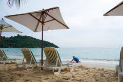 Las sillas de playa por vacaciones y se relajan en la playa Imagenes de archivo