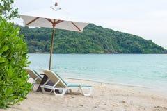Las sillas de playa por vacaciones y se relajan en la playa Imágenes de archivo libres de regalías