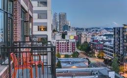 Las sillas del patio ofrecen la vista de Seattle en la hora azul Fotos de archivo