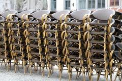 Las sillas empilaron Namur Bélgica Fotografía de archivo