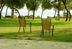 Las sillas en el jardín. Imágenes de archivo libres de regalías