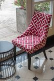 Las sillas en los espejos del lado del sitio imagen de archivo libre de regalías