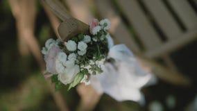 Las sillas en una ceremonia de boda/adornaron con centros de flores Lugar para una ceremonia de boda almacen de video