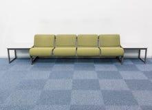 Las sillas vacías en el diseño interior de la sala de espera para se relajan Imagen de archivo libre de regalías