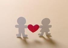Las siluetas de hombres, de mujeres y del corazón cortaron del papel Fotos de archivo libres de regalías