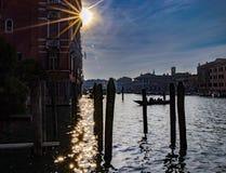 Las siluetas de la gente y de las góndolas portuarias y casas viejas en Venecia en Italia fotos de archivo libres de regalías