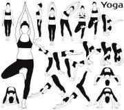 Las siluetas de la mujer que estiran su cuerpo en yoga presentan Foto de archivo libre de regalías