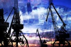 Las siluetas de la noche del cargo cranes en el puerto marítimo contra el contexto del exposur doble de los rascacielos modernos Fotos de archivo libres de regalías