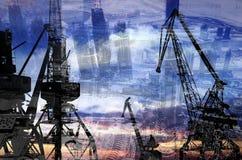 Las siluetas de la noche del cargo cranes en el puerto marítimo contra el contexto del exposur doble de los rascacielos modernos Fotografía de archivo libre de regalías