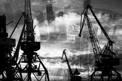 Las siluetas de la noche del cargo cranes en el puerto marítimo contra el contexto del exposur doble de los rascacielos modernos Imagenes de archivo
