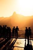 Las siluetas de los turistas en un Pao hacen Asucar Foto de archivo