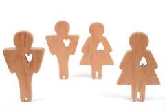 Las siluetas del hombre, de la mujer y del corazón cortaron dentro de las formas en un fondo blanco Pares felices en amor El varó Foto de archivo libre de regalías