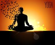 Las siluetas en la yoga presentan en un fondo de la madrugada, día de la yoga del mundo, las plantillas del diseño para el centro stock de ilustración
