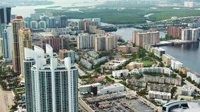 Las sociedades financieras potentes y los bancos en las islas soleadas varan, Miami de la opinión del ojo del ` s del pájaro metrajes