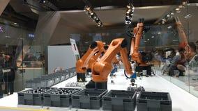 Las soluciones de la automatización del futuro con los brazos del robot en Kuka se colocan en Messe justo en Hannover, Alemania almacen de metraje de vídeo