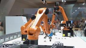 Las soluciones de la automatización del futuro con los brazos del robot en Kuka se colocan en Messe justo en Hannover, Alemania metrajes