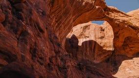 Las sombras pasan sobre arco doble en parque nacional de los arcos almacen de metraje de vídeo