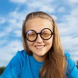 Las sonrisas de la muchacha Foto de archivo libre de regalías