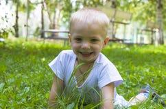 Las sonrisas del niño Fotos de archivo libres de regalías