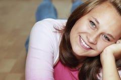 Las sonrisas hermosas de la muchacha Fotografía de archivo libre de regalías