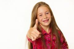 Las sonrisas hermosas jovenes de la niña que muestran la autorización de la mano firman encima whi Fotos de archivo libres de regalías