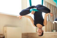 Las técnicas de respiración del loto presentan en yoga aérea fotos de archivo