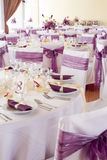 Las tablas de la boda fijaron para la cena de la multa u otro evento abastecido Imágenes de archivo libres de regalías