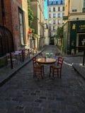 Las tablas fijaron para el almuerzo en una calle de París Imagen de archivo