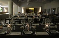 Las tablas modernas, restaurante miran al trasluz la decoración, evento de la cena Foto de archivo libre de regalías
