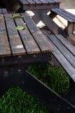 Las tablas negras viejas en el parque Foto de archivo libre de regalías